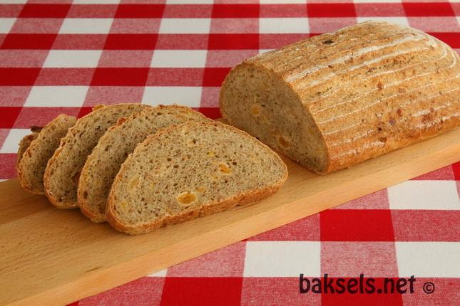 Gerstebrood met abrikozen en gebroken tarwe