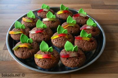 chocoladecakejes met winegum worm en blaadjes van fondant