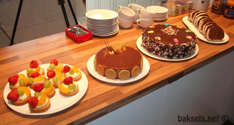 V.l.n.r. vruchtengebakjes, Noorse perentaart, chocoladetaart met laagjes en kozakken