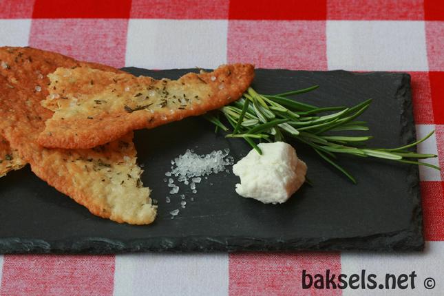 crackers met geitenkaas en rozemarijn